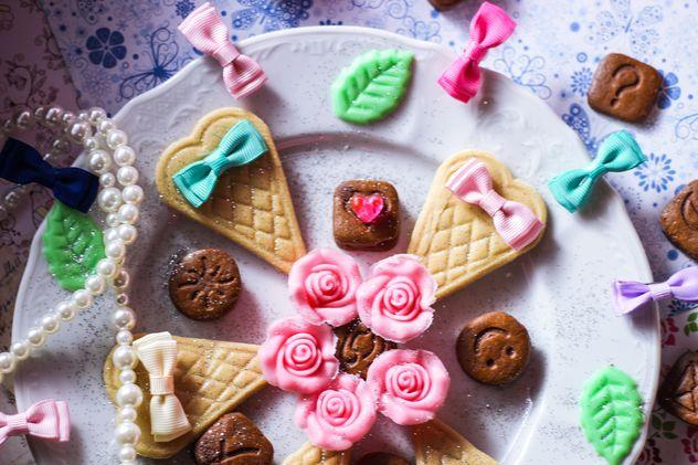 Tiny chocolate cookies still life - image #302509 gratis
