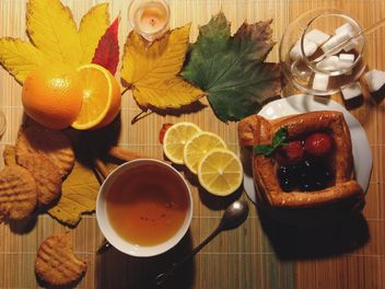 Black tea with lemon and pie - image gratuit #302799