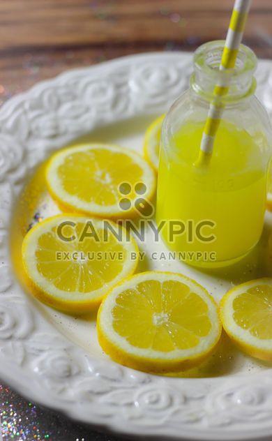 Tranches de citron et le jus de citron - image gratuit #302819