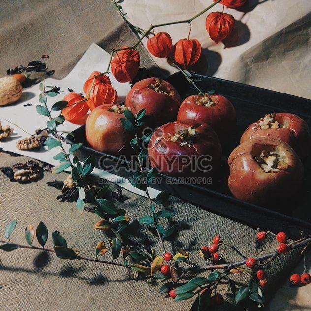 Manzanas al horno decoración con flores secas - image #303289 gratis