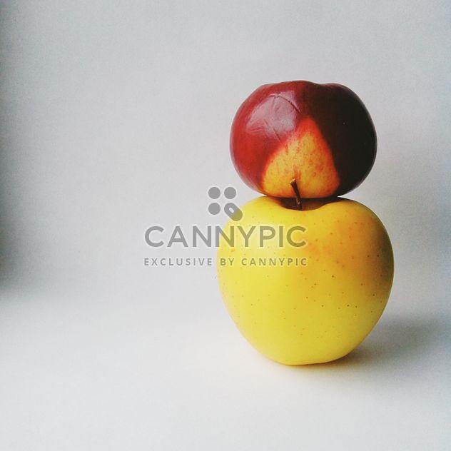 Два яблока на белом - бесплатный image #303309