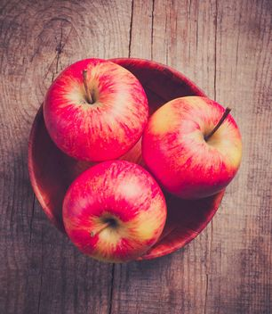Sweet red apple in the bowl - image gratuit #303329