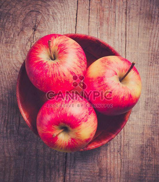 Pomme rouge sucrée dans le bol - image gratuit(e) #303329