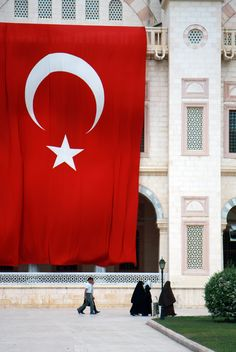 People walking by the Big Turkish Flag - image gratuit #305729
