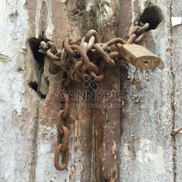 oxidada cerradura en una puerta de madera vieja - image #305769 gratis