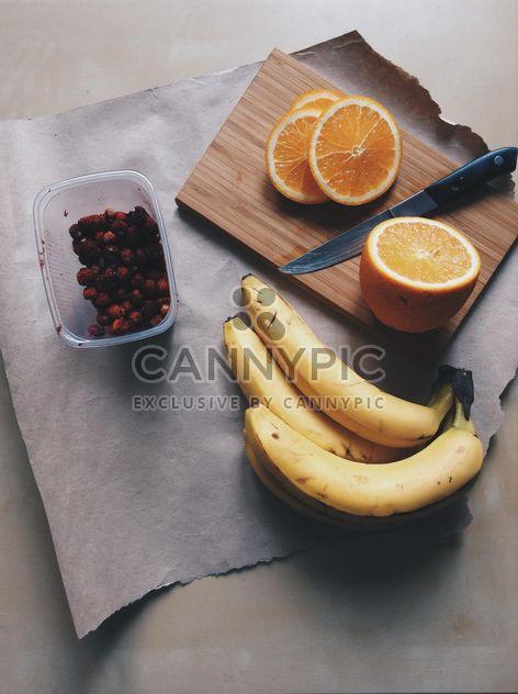Bananes, les pommes, les oranges et les fraises - image gratuit #328169