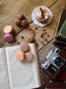 Macaroons, cake, nuts, old camera and books - Kostenloses image #329099