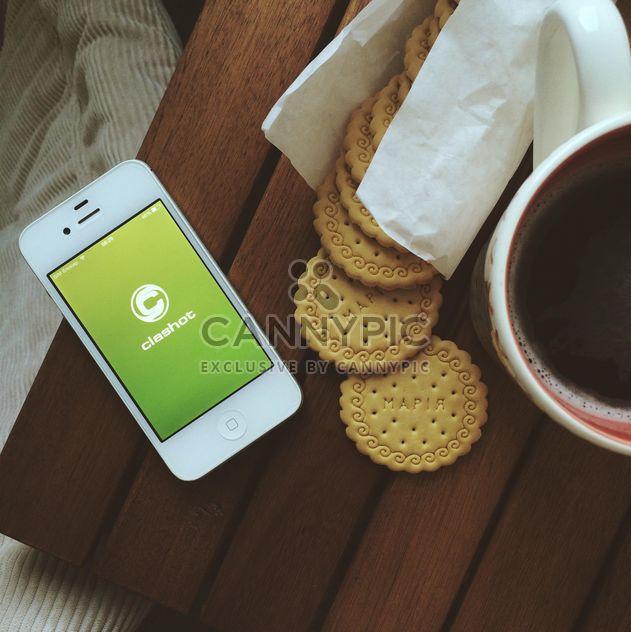 Café da manhã com biscoitos, xícara de café e iphone com logotipo Clashot - Free image #329129