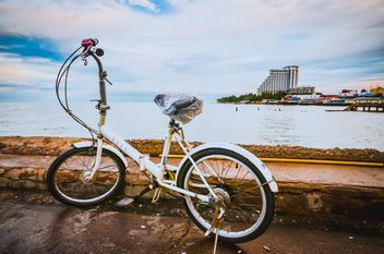 A small bicycle on Hua Hin Fishing pier - image #330309 gratis