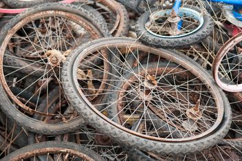 Old bicycle wheels - image #330379 gratis