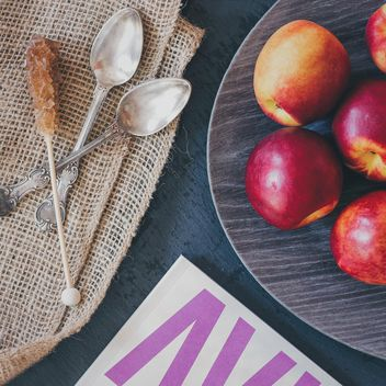 Food styling: peach, sugar, magazine - image #330699 gratis
