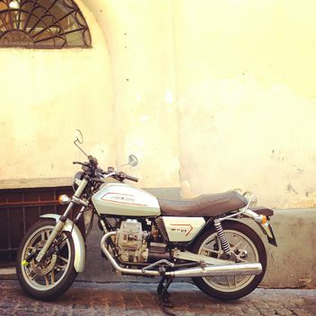 Moto Guzzi near building - image gratuit #331249