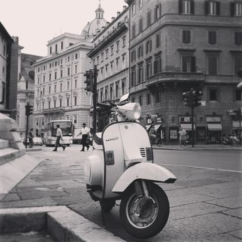 Vespa scooter on street - image gratuit #331469
