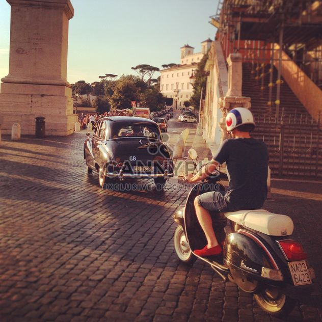 Старый автомобиль и человек на мотоцикле на улице - бесплатный image #331509