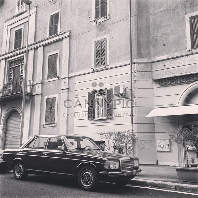 Mercedes estacionado perto da casa, preto e branca - Free image #331669