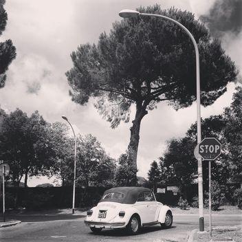 Old Volkswagen in street - Kostenloses image #331979