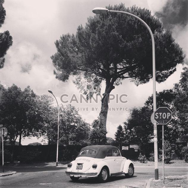 Volkswagen viejo en la calle - image #331979 gratis
