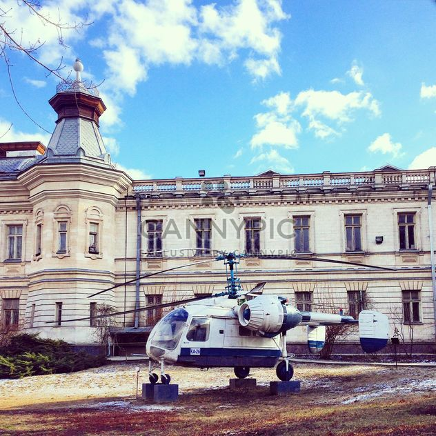Helicopter in front of building - бесплатный image #332079