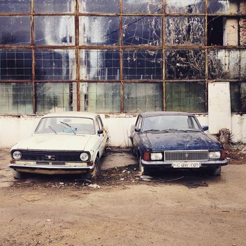 Old cars near abandoned building - Kostenloses image #332139