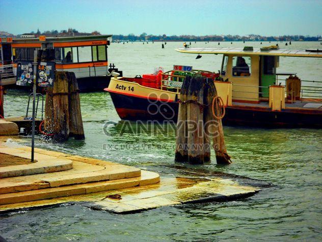 Barcos en el canal de Venecia -  image #334999 gratis