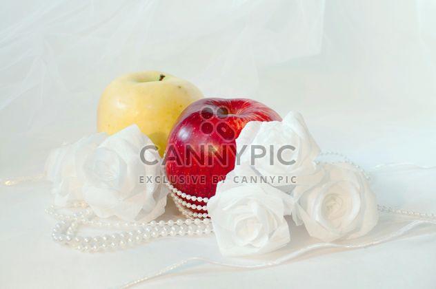 Pommes, roses blanches et perles - image gratuit(e) #337829