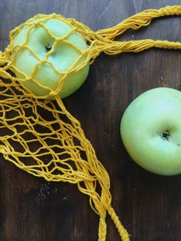Green apples in string bag - бесплатный image #337859