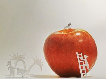 Apple and people made of paper - image gratuit #337869