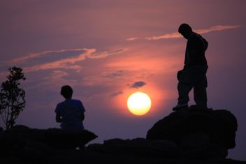 Silhouettes of people at sunset - image gratuit #338499
