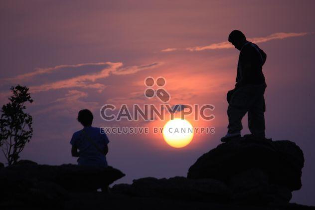 Silhouettes de gens au coucher du soleil - image gratuit #338499
