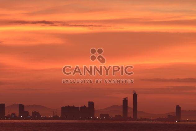 Architecture sous un ciel orange au coucher du soleil - Free image #338509