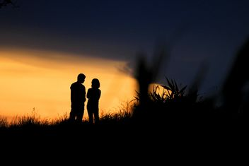 Silhouette of couple at sunset - image gratuit #338549