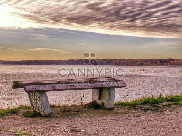 Скамейка на берегу озера на закате - бесплатный image #338559