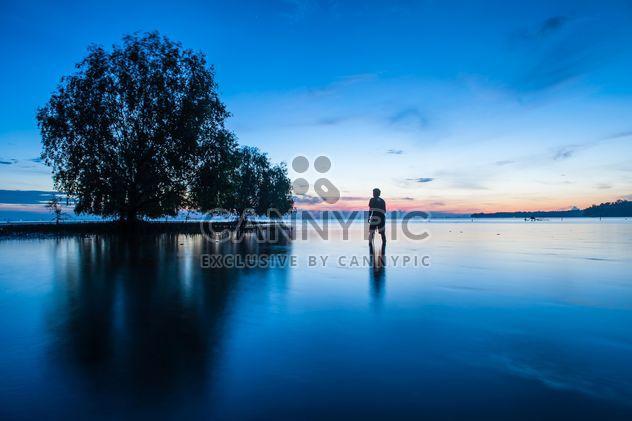 Mann im Meer bei Sonnenuntergang - Free image #338579