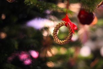 Close up of Christmas golden toy on a tree - бесплатный image #341459