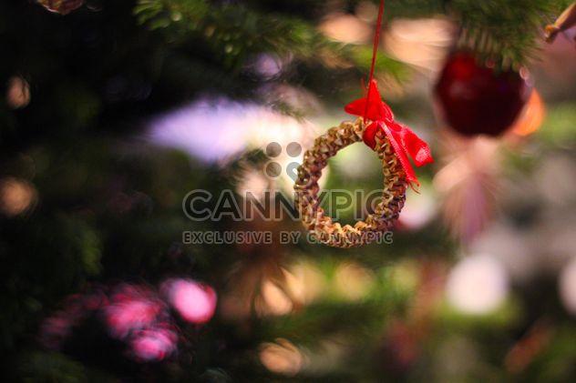 Заделывают золотые рождественские игрушки на дереве - бесплатный image #341459