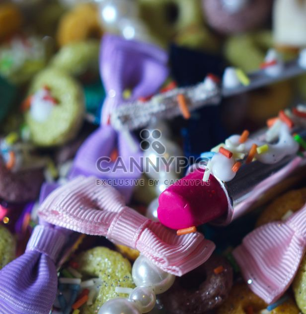 Розовая помада макияж и ленты на тарелке - бесплатный image #341499