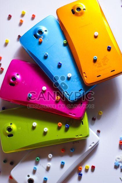Smartphones colorés avec des éléments décoratifs - image gratuit #341529