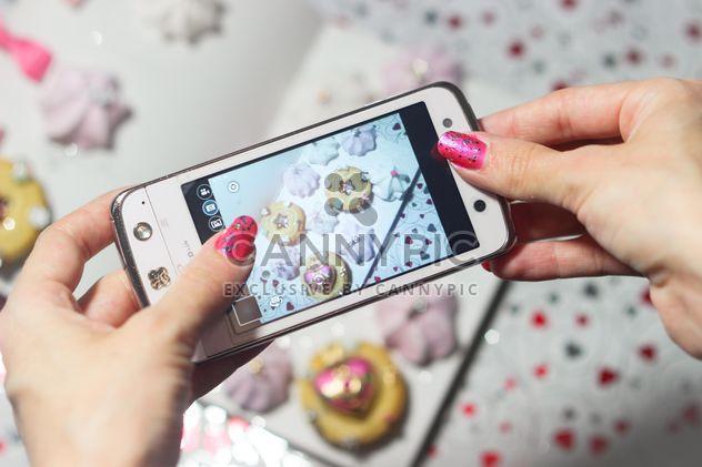 Smartphone en manos de la muchacha - image #342169 gratis