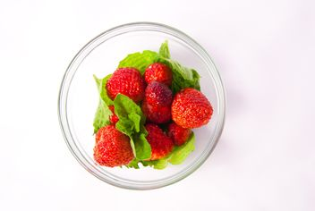Fresh strawberry with mint and cinnamon on white background - image gratuit #342509