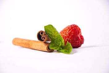 Fresh strawberry with mint and cinnamon on white background - image gratuit(e) #342519