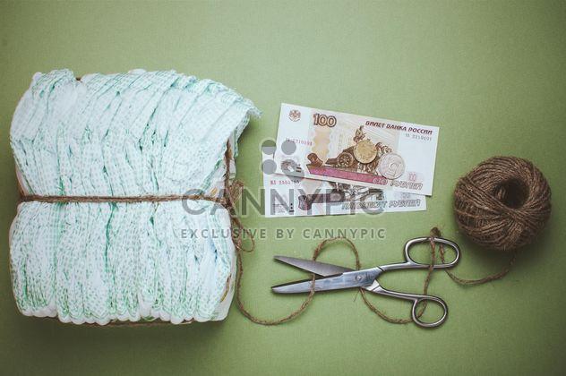 Windeln, Knäuel, Faden und Schere auf grünem Hintergrund. Windeln für 3 Dollar, Tscheboksary, Russland - Kostenloses image #342559