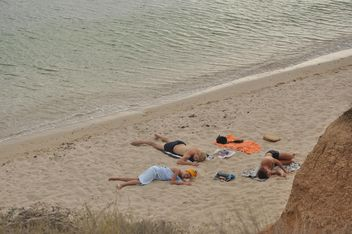 People resting on a sand - image gratuit #344039
