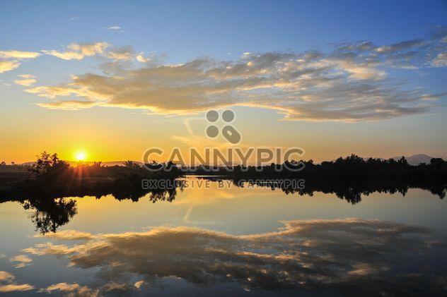 Salida del sol por la mañana en un lago - image #344229 gratis