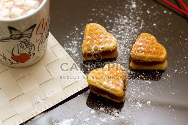 Waffeln in Form von Herzen und Kakao mit marshmallows - Kostenloses image #345119