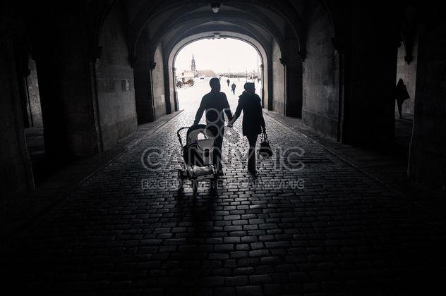 Famille heureuse avec bébé marchant dans la rue, noir et blanc - image gratuit #346579