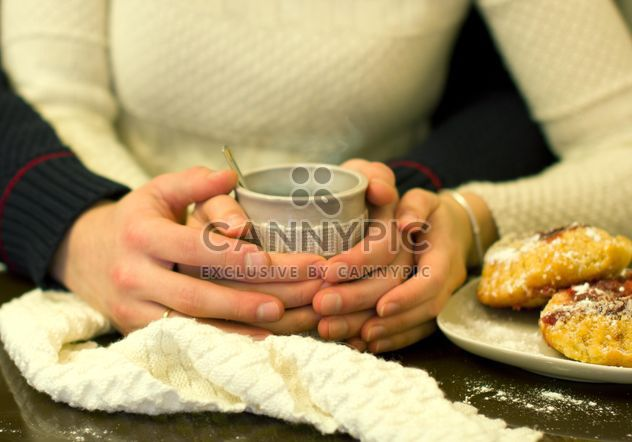Taza de té en las manos de la pareja - image #346589 gratis