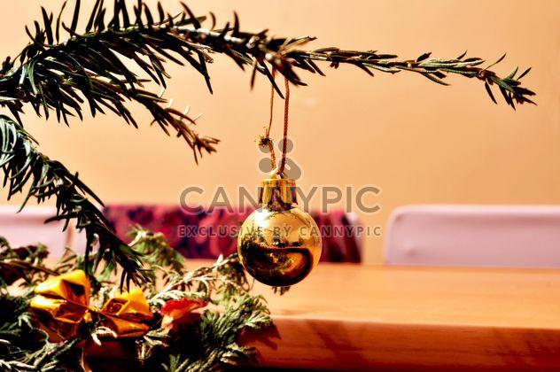Weihnachten Spielzeug an den Weihnachtsbaum hängen - Kostenloses image #346599