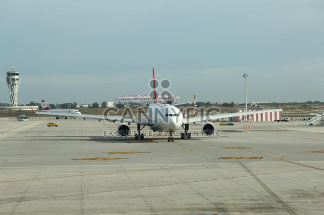 Turkish Airlines Airplane ready for take off at Barcelona Airport, Spain - image gratuit #346959