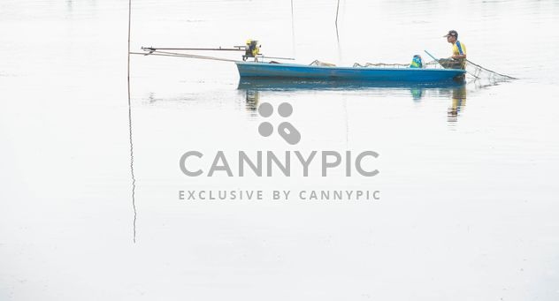 Pêcheurs en bateau de pêche sur la rivière - image gratuit(e) #347279