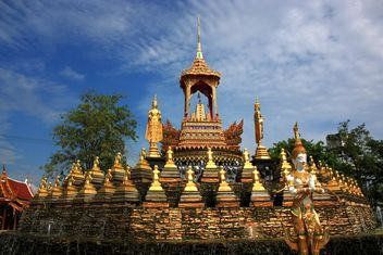 Thai temple under blue sky - бесплатный image #347729